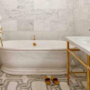 Белая ванная комната и латунная арматура — отличное сочетание