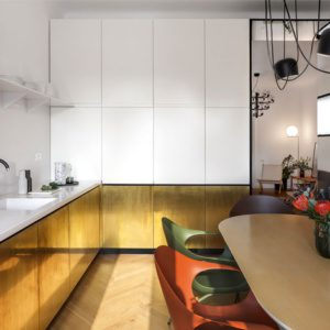 Латунная облицовка кухонных шкафов-это смелая и интригующая тенденция