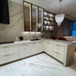 Латунная отделка интерьера апартаментов в Nevatowers, Москва